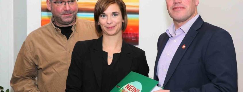Dirk Schimanski und Janine Heinze übergeben Klaus Krützen (r.) die 2308 Stimmen gegen den Bau der Trasse, die sie gesammelt haben.